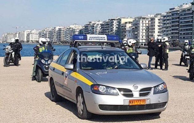 Με ντουντούκες η Αστυνομία προσπαθεί να πείσει τους Θεσσαλονικείς να μείνουν σπίτια τους