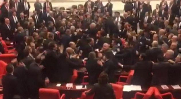Βουλευτές πλακώθηκαν μέσα στο τουρκικό κοινοβούλιο (βίντεο)