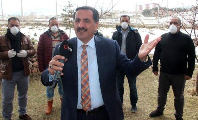 Τούρκος τραγουδιστής: «Φύγε κορονοϊέ, φύγε από εδώ, πήγαινε στην Αίγυπτο, στον Πούτιν, στον Τραμπ, χτύπα την Ελλάδα»