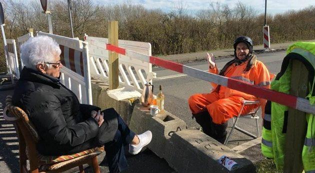 Κοροναϊός: Ερωτευμένο ζευγάρι ηλικιωμένων συναντιέται κάθε μέρα στα σύνορα Δανίας-Γερμανίας
