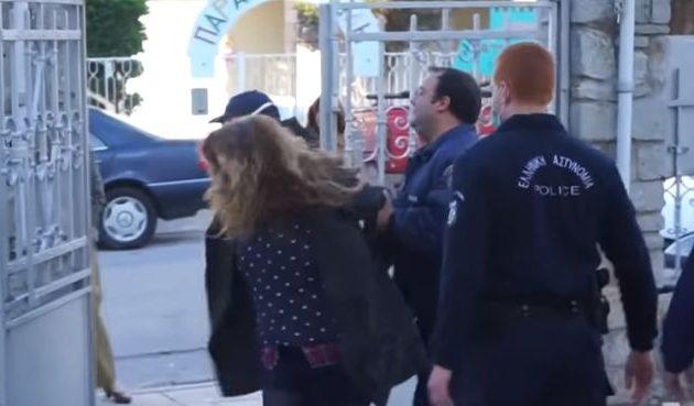 Πιστή εκτός ελέγχου επιτέθηκε σε αστυνομικούς επειδή δεν την άφηναν να μπει σε εκκλησία