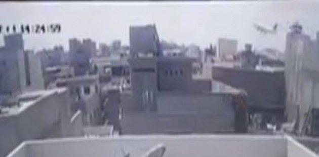 Η στιγμή που το αεροπλάνο πέφτει πάνω σε σπίτια στο Πακιστάν (βίντεο)