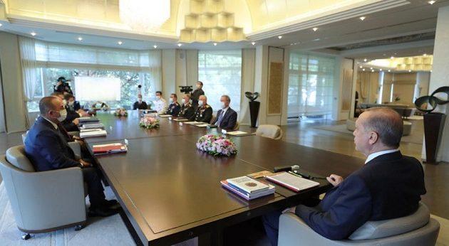 Χαλαρός ο Ερντογάν: Έκανε σύσκεψη και ήταν ο μόνος που δεν φορούσε μάσκα