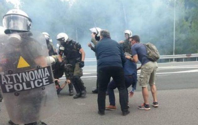 Επεισόδια έξω από την προσφυγική δομή στη Μαλακάσα – Τραυματίες αστυνομικοί και διαδηλωτές