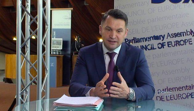 Ρουμάνος υπουργός βγήκε στον «αέρα» με το εσώρουχο (βίντεο)