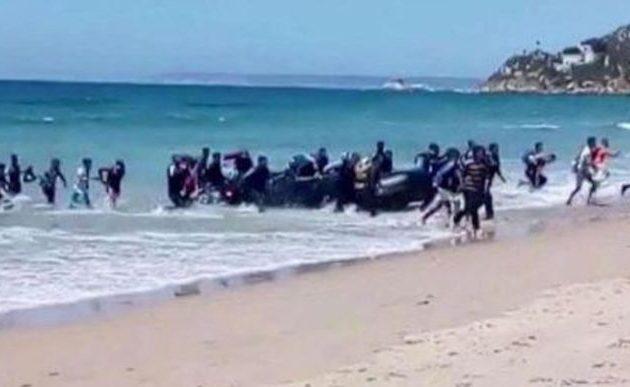 Άγνωστο πλοίο αποβίβασε 400 μετανάστες σε παραλία της Σικελίας και μετά… χάθηκε