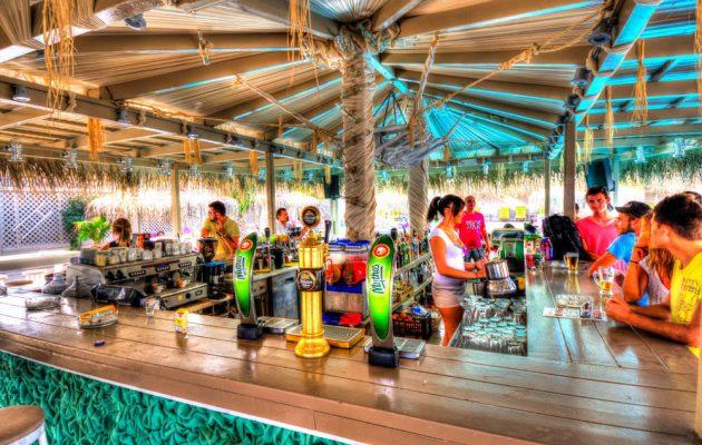 Με μουσική και ποτό στις παραλίες – Άνοιξαν οι εσωτερικοί χώροι εστίασης