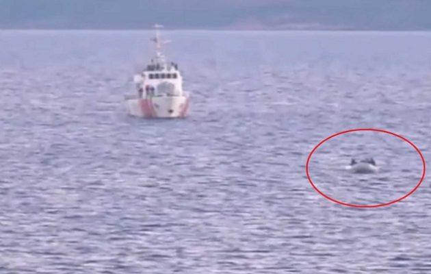 Τουρκικές ακταιωροί «σπρώχνουν» λέμβους με μετανάστες στην Ελλάδα (βίντεο)