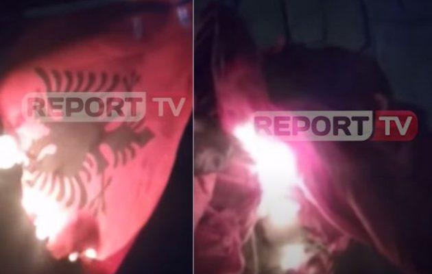 Στην Αλβανία στήνουν προβοκάτσια κατά των Βορειοηπειρωτών με καμένες σημαίες