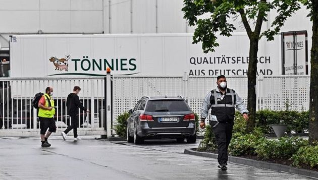 Πάνω από 600 άτομα κόλλησαν Covid-19 σε σφαγείο στη Γερμανία