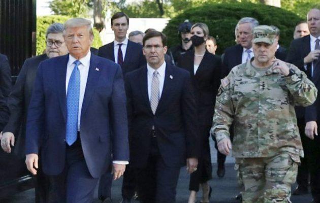 Αρχηγός Ενόπλων Δυνάμεων ΗΠΑ: Λυπάμαι που στάθηκα δίπλα στον Τραμπ