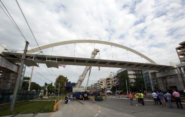 «Στήθηκε» η πεζογέφυρα στη λεωφόρο Ποσειδώνος – Κανονικά η κυκλοφορία οχημάτων