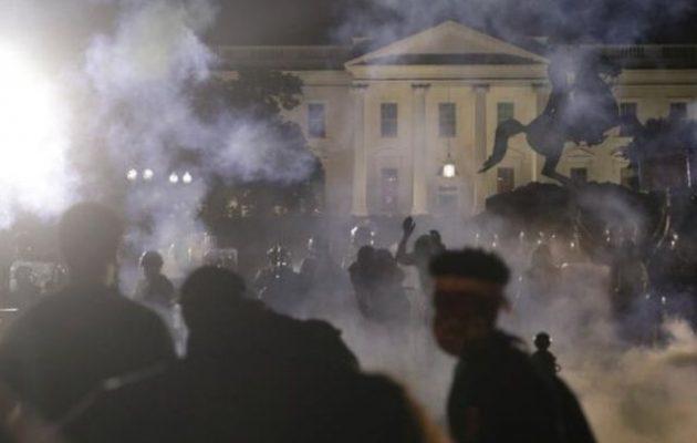 Δακρυγόνα και φωτιές έξω από τον Λευκό Οίκο – Ο Τραμπ σε υπόγειο καταφύγιο