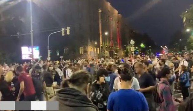 Σερβία: Οργισμένοι διαδηλωτές από την νέα έξαρση του κορωνοϊού μπήκαν στη Βουλή