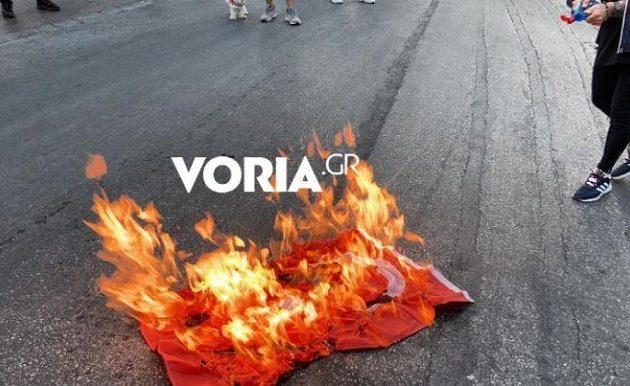 Έκαψαν τουρκικές σημαίες στη Θεσσαλονίκη – «Τούρκοι, Μογγόλοι, δολοφόνοι» (βίντεο)