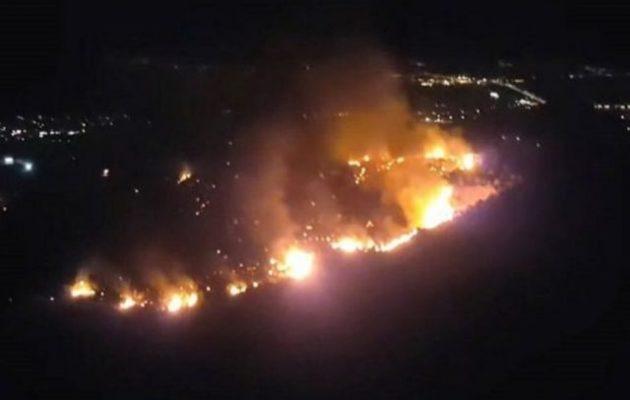 Τοξικό νέφος πάνω από την Αθήνα από φωτιά στον ΧΥΤΑ Φυλής