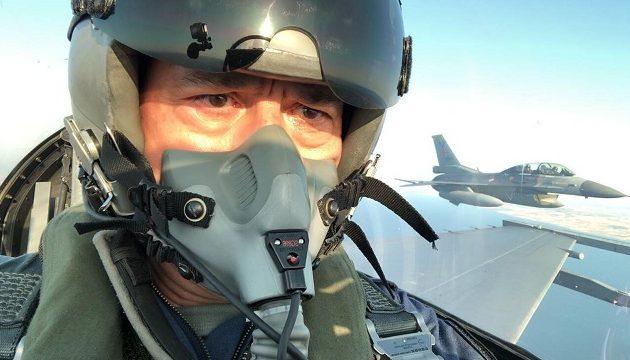 Ο Χουλουσί Ακάρ πέταξε με F-16 και απείλησε Γαλλία και ΗΠΑ