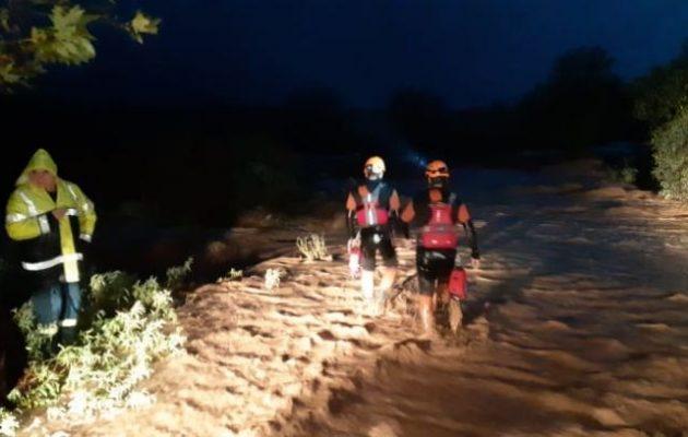 Σώθηκαν στις 02.00 μετά τα μεσάνυχτα οι τρεις εργαζόμενοι που είχαν εγκλωβιστεί στα νερά του Ξηριά