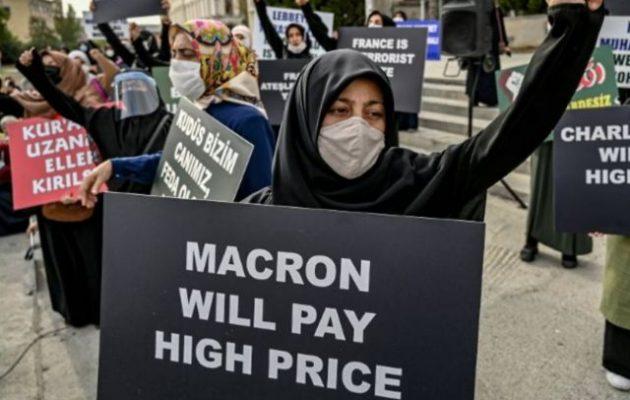 Ισλαμιστές διαδήλωσαν στην Κωνσταντινούπολη απειλώντας Μακρόν και «Charlie Hebdo» ότι «θα το πληρώσουν ακριβά»