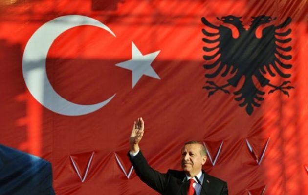 Αλβανία: Τουρκικό υποβρύχιο στον Αυλώνα και τουρκικός στρατός στους Αγ. Σαράντα