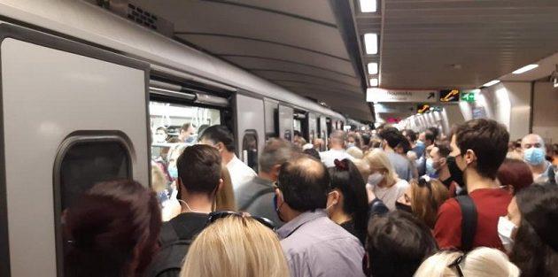 Κορωνοϊός: Απίστευτος συνωστισμός στο Μετρό του Συντάγματος – Τι απαντά η ΣΤΑΣΥ