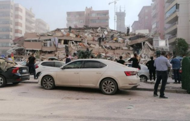 Ισχυρός σεισμός: Κατέρρευσαν σαν τραπουλόχαρτα 20 κτίρια στη Σμύρνη