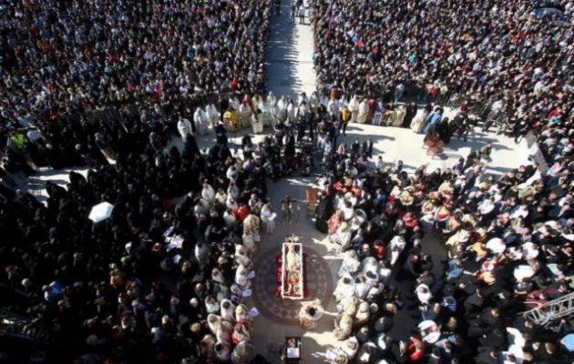 Μαυροβούνιο: Πιστοί φιλούσαν o ένας πάνω στον άλλο τον Μητροπολίτη που πέθανε από κορωνοϊό (βίντεο)
