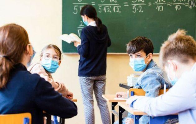 Η Κεραμέως ανοίγει τα σχολεία δίχως να έχουν εμβολιαστεί οι εκπαιδευτικοί