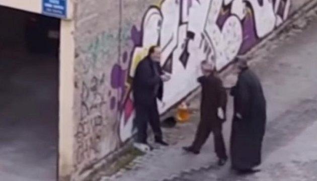 Ιερέας χτυπά ηλικιωμένο στην Κοζάνη (βίντεο)