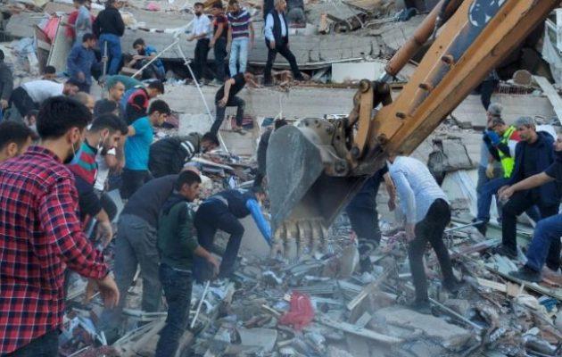 Σμύρνη σεισμός: 62 νεκροί, 940 τραυματίες, 218 νοσηλεύονται