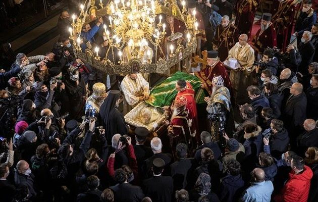 Σερβία: Συνωστισμός χωρίς μέτρα γύρω από τον Πατριάρχη Ειρηναίο που πέθανε από Covid-19