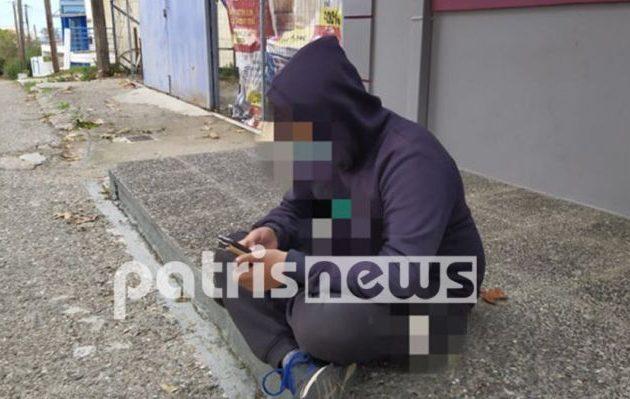 12χρονος στην Αμαλιάδα κάνει τηλεκπαίδευση με το κινητό στον δρόμο