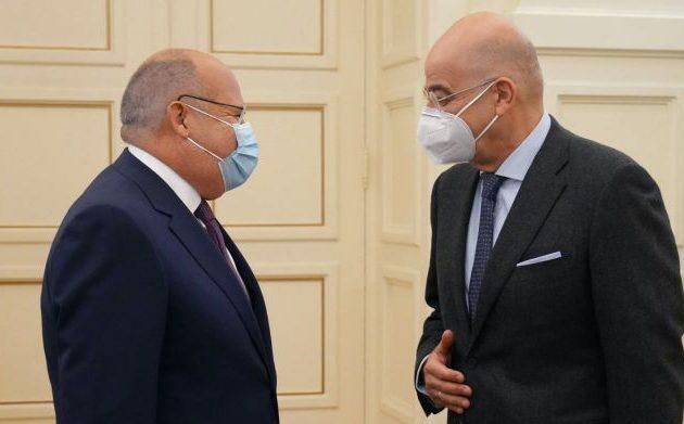 Ο Δένδιας συζήτησε περιφερειακά θέματα με τον Αιγύπτιο πρεσβευτή