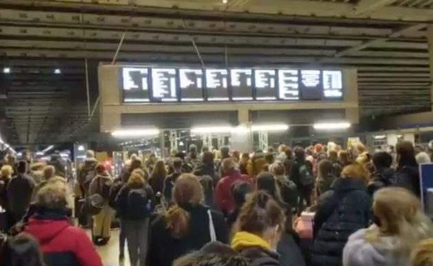 Εικόνες αλλοφροσύνης στο Λονδίνο – Χιλιάδες το εγκατέλειψαν πριν την έναρξη της καραντίνας