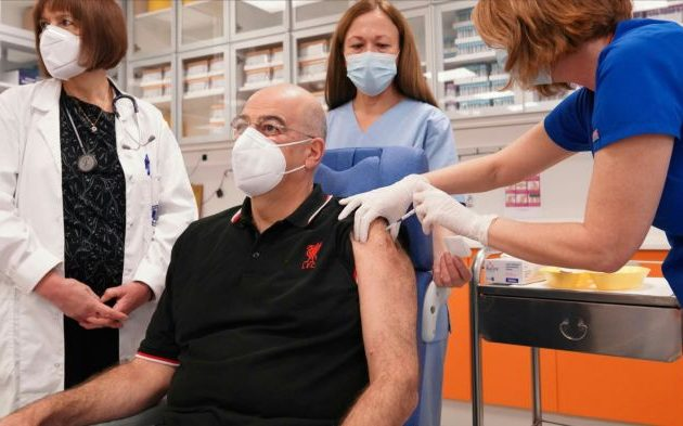 Εμβολιάστηκε ο Νίκος Δένδιας: «Ευχαριστούμε τους επιστήμονες»