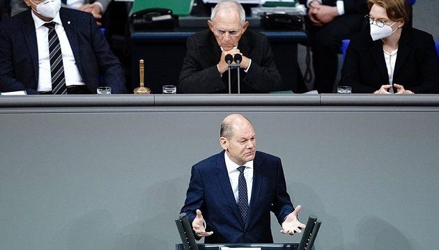 Ο Σόιμπλε «μάλωσε» τον Σολτς μέσα στη γερμανική Βουλή