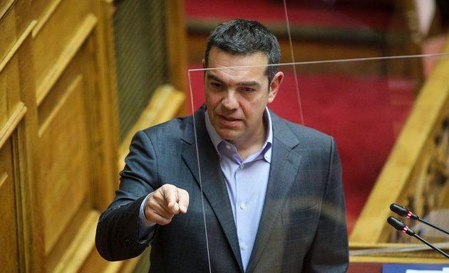 Στη Βουλή φέρνει ο Τσίπρας τον συνωστισμό σε βεράντα στην Ικαρία