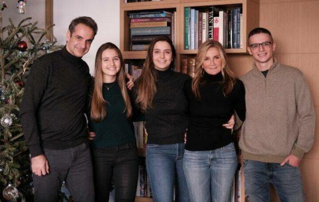 Καλή χρονιά από τον Κ. Μητσοτάκη με οικογενειακή φωτογραφία