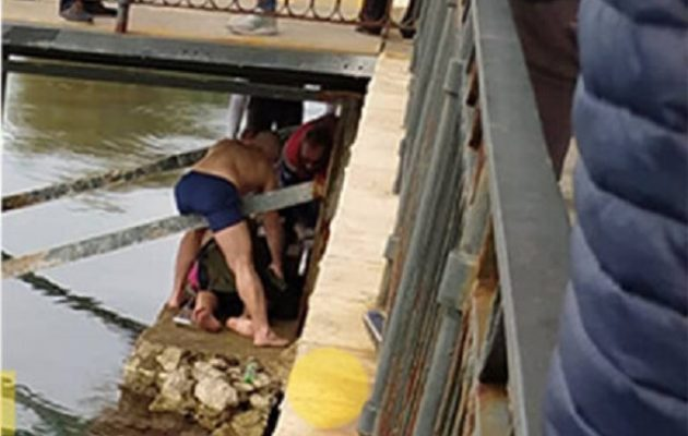 Εύβοια: Νεαρός έπεσε να πιάσει τον σταυρό και χτύπησε στον αυχένα