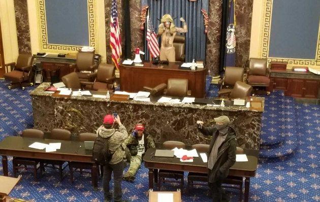 Αμερικανίδα βουλευτίνα κόλλησε κορωνοϊό «ταμπουρωμένη» μέσα στο Καπιτώλιο