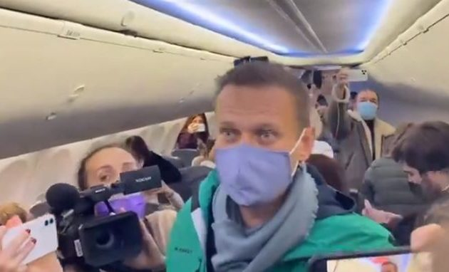 Ο Αλεξέι Ναβάλνι επιστρέφει στη Ρωσία παρά τον κίνδυνο να συλληφθεί