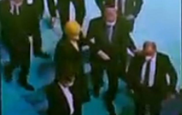 Υποβασταζόμενος ο Ερντογάν δυσκολεύεται να περπατήσει (φωτο)