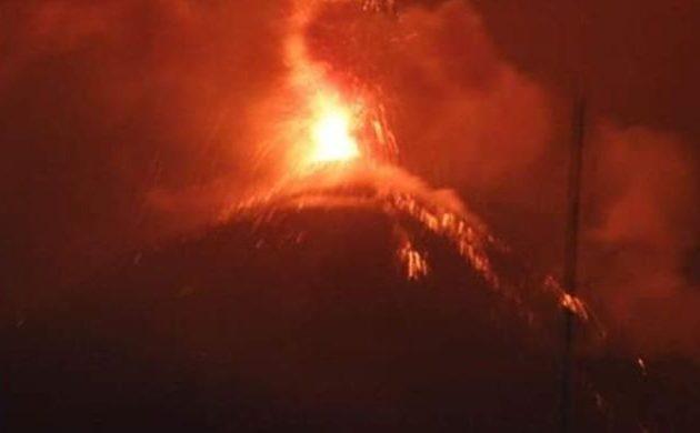 Τρία ηφαίστεια κοντά στην πρωτεύουσα της Γουατεμάλας έχουν μπει σε φάση έκρηξης