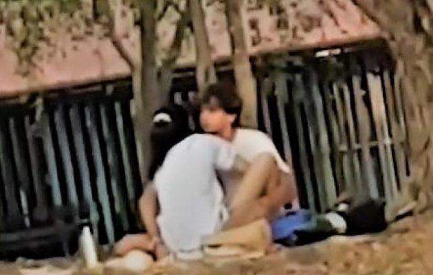 Ασυγκράτητο ζευγάρι το «έκανε» σε πάρκο στην Μπανγκόκ μπροστά σε παιδιά