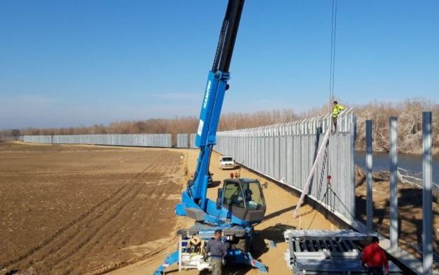 Frankfurter Rundschau: Η Ελλάδα χτίζει «27 χλμ τείχος κατά των προσφύγων»