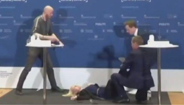 Δανή αξιωματούχος λιποθύμησε σε ενημέρωση για το εμβόλιο της AstraZeneca (βίντεο)
