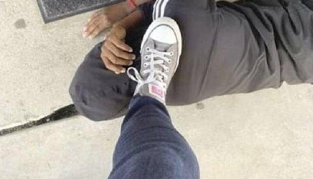 Τέξας: Δασκάλα πάτησε στον λαιμό μαύρο μαθητή – Γιατί την υπερασπίστηκε ο 11χρονος