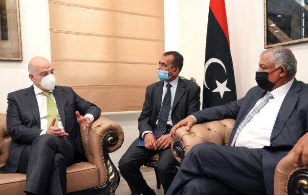 Ο Νίκος Δένδιας με τον αν. πρωθυπουργό της Λιβύης στη Βεγγάζη
