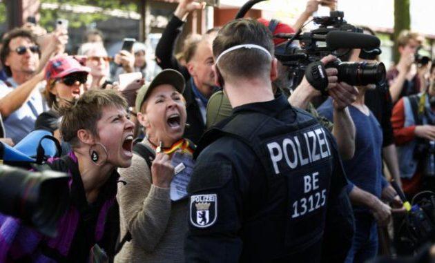 Γερμανία: Οι «αρνητές» επιτίθενται σε δημοσιογράφους