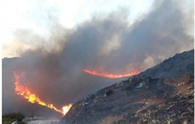 Μεγάλη φωτιά στην Άνδρο: Εκκενώθηκαν οικισμοί – Εξετάζεται το ενδεχόμενο εμπρησμού